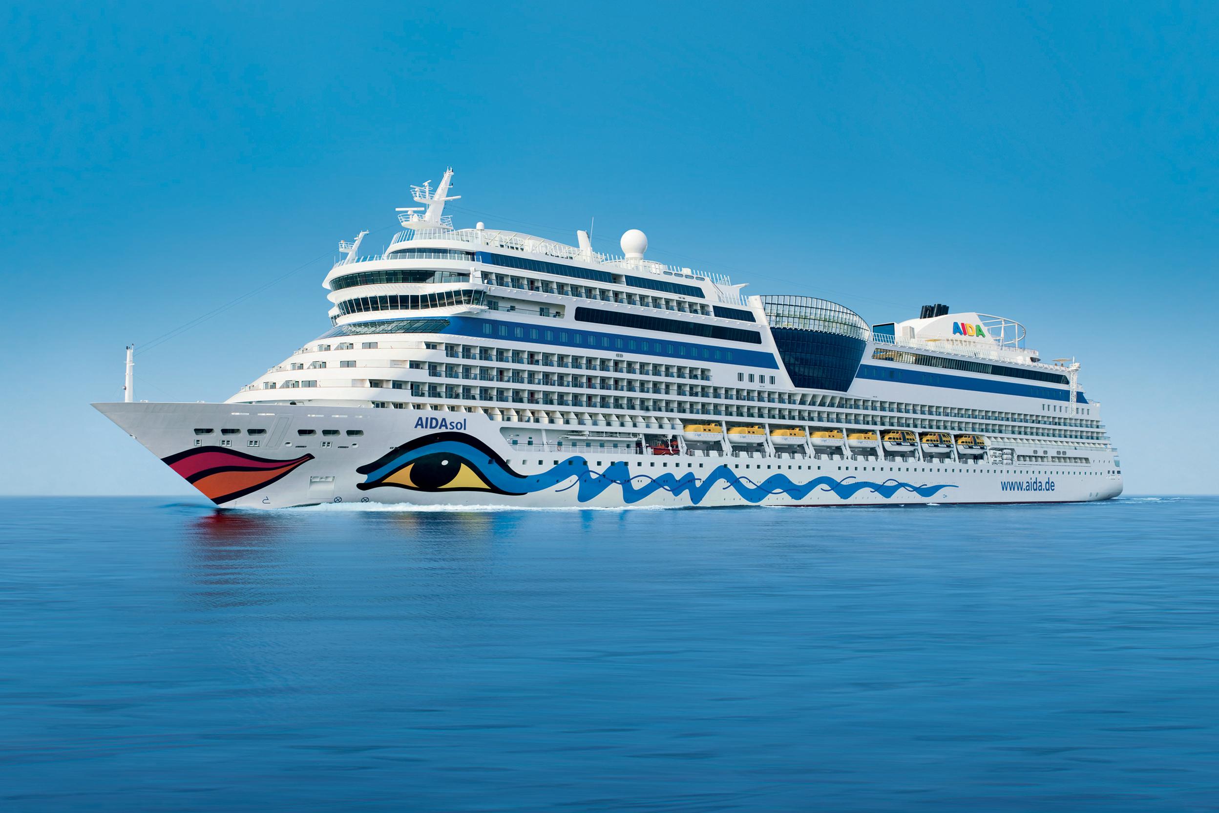 """Das Rostocker Kreuzfahrtunternehmen bleibt auf Wachstumskurs. 2010 war das erfolgreichste Jahr in der Geschichte von AIDA Cruises. Sowohl bei Umsatz als auch bei Passagieren legte das Unternehmen krŠftig zu. Insgesamt reisten 511.400 GŠste auf den sieben AIDA Schiffen. Damit wuchs die Zahl der Passagiere um 97.400 im Vergleich zum Vorjahr. Auch der Umsatz stieg auf 882,7 Millionen Euro. Im GeschŠftsjahr 2009 lag er bei 722,1 Millionen. Im Bild: AIDAsol wird am 9. April 2011 in Kiel getauft. Die Verwendung dieses Bildes ist fŸr redaktionelle Zwecke honorarfrei. Veršffentlichung bitte unter Quellenangabe: """"obs/AIDA Cruises"""""""