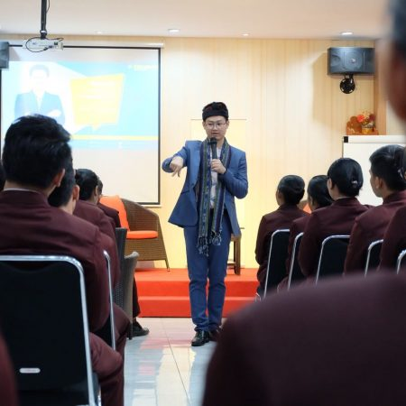 "Ezzy Talk ""Discover Public Speaking in You"" dari Widopo Hanly"