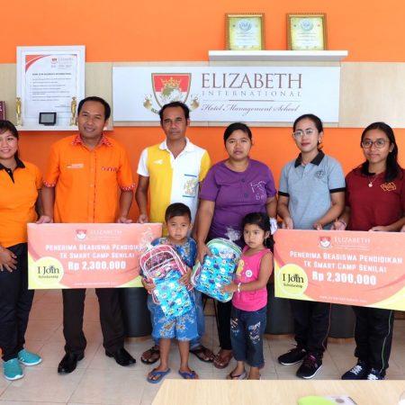 Elizabeth International serahkan beasiswa kepada siswa TK Smart Camp