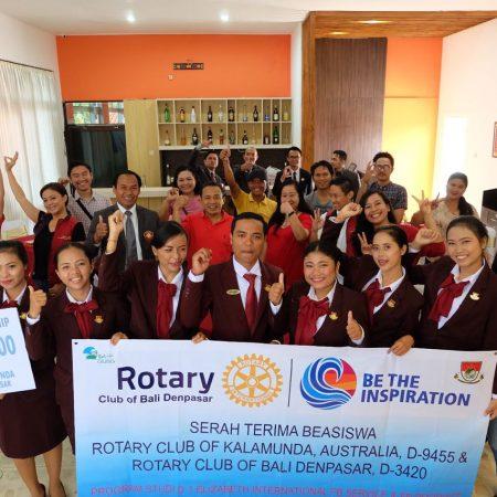 Serah terima penerima Beasiswa Rotary Club kepada Elizabeth International