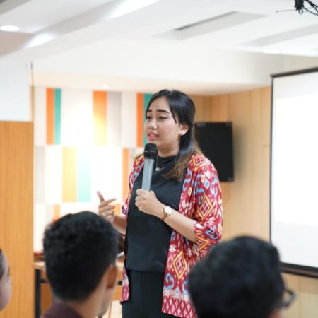 Director of Student Affairs & Quality Assurance Elizabeth International, Ms. Sita Laksmi, B. Bus., M. Sc Pikat Ratusan Mahasiswa di Gelaran Ezzy Talk Hari Ini