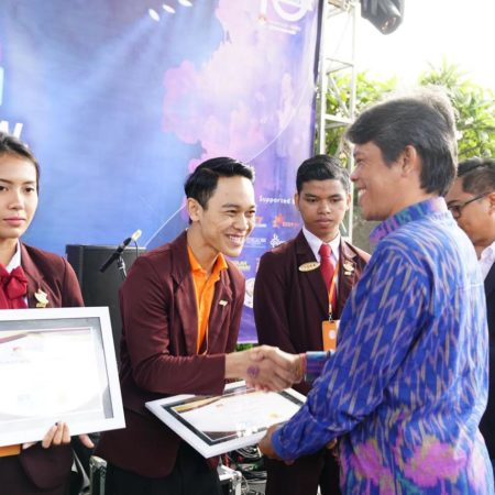 4 Mahasiswa Elizabeth International Raih Star Student of the Month