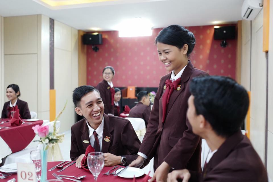 Be a Great Waitress for Hotelier (2)
